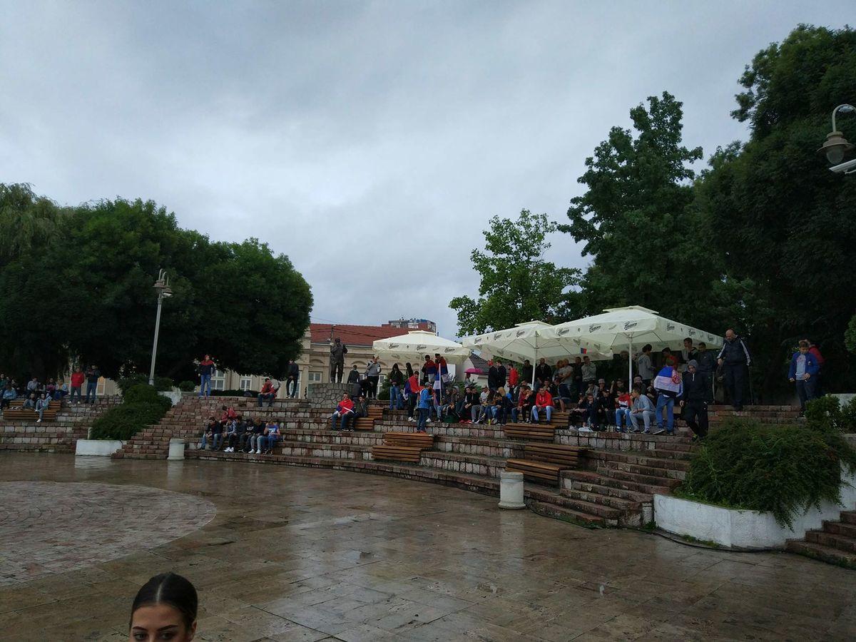 Foto: niskiportal.rs - navijači pristižu na kej i po kiši