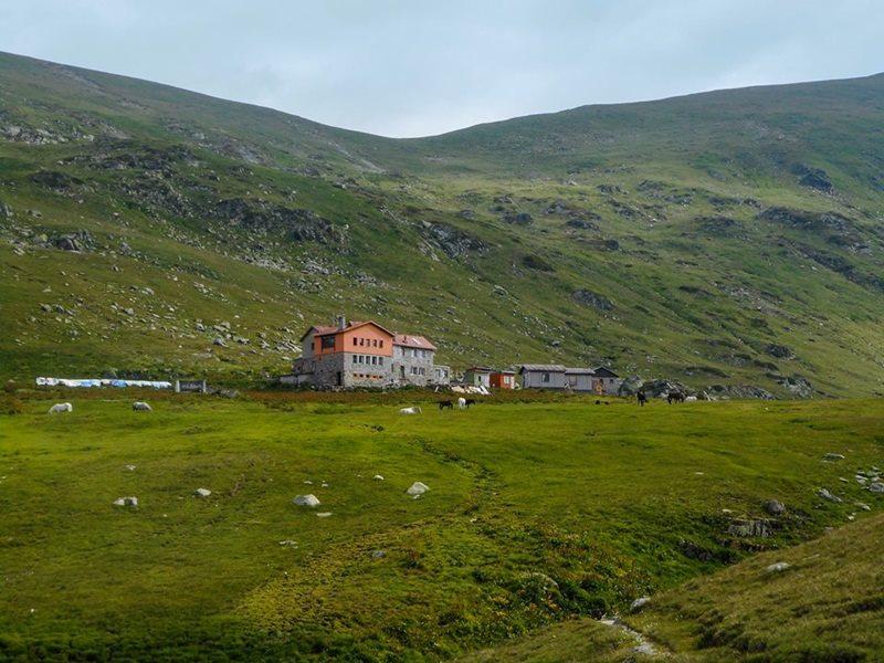 Hiža Ivan Vazov, a iznad je Otoviški vrh